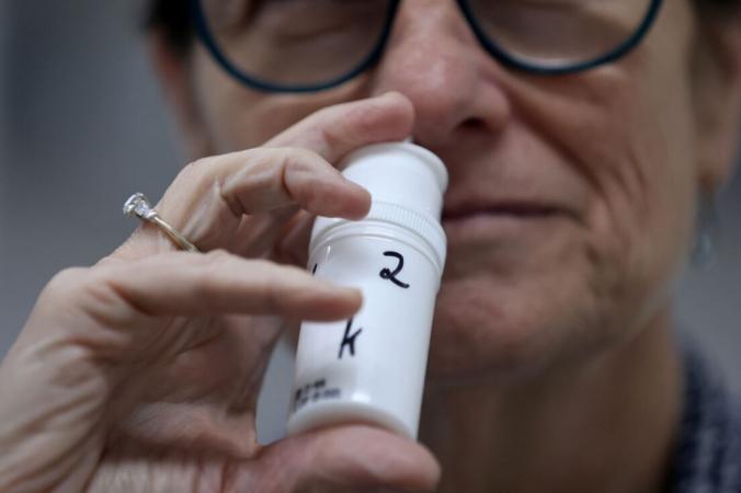 Техник демонстрирует образец противовирусного спрея для носа 7 апреля 2021 г. (Emmanuel Dunand/AFP via Getty Images) | Epoch Times Россия