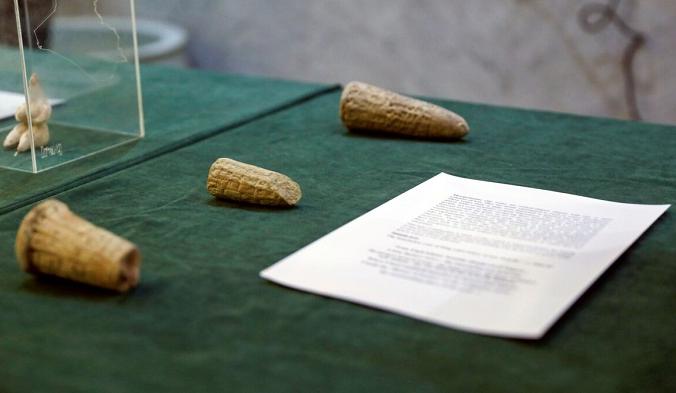 Артефакты, изъятые правительством США и возвращённые в Ирак, выставлены в Министерстве иностранных дел в Багдаде, Ирак, 3 августа 2021 г. (Saba Kareem / Reuters) | Epoch Times Россия
