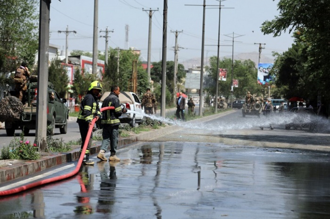 Афганские пожарные работают на месте взрыва бомбы на обочине дороги в Кабуле, Афганистан, 6 июня 2021 г. (Rahmat Gul/AP Photo) | Epoch Times Россия