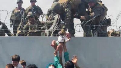 Ребёнок, переданный через стену аэропорта в Кабуле, воссоединился ссемьёй