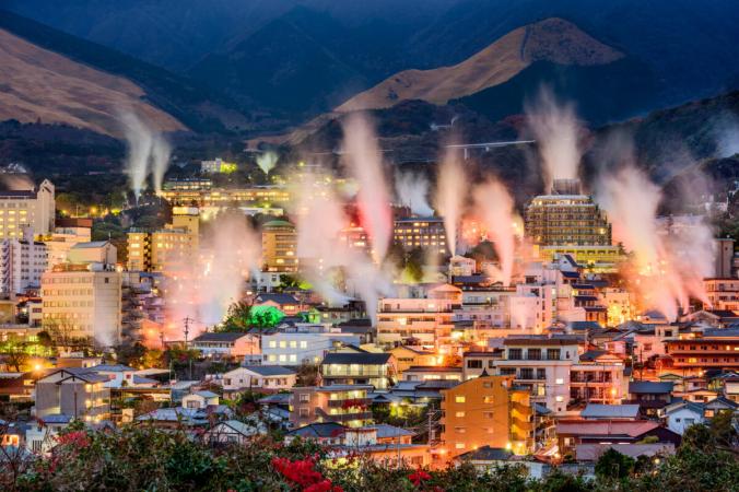 Пар поднимается из купален с горячими источниками в Беппу, Япония. (Шон Павон / Shutterstock)   Epoch Times Россия