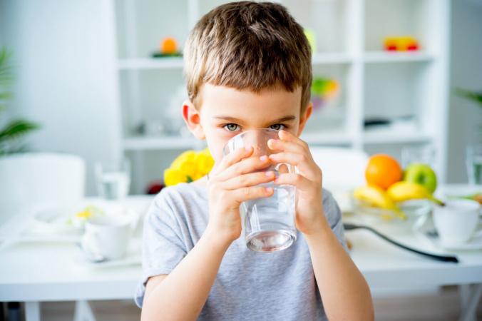 Одна формула советует вам разделить свой вес на два, чтобы получить количество унций воды, которое вы должны выпивать в день. Итак, 160 фунтов ÷ 2 = 80 унций. (Елена Ничиженова / Shutterstock)   Epoch Times Россия