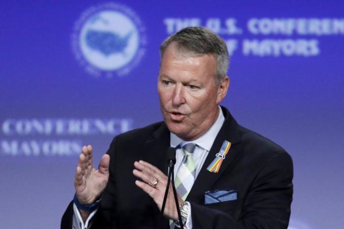 Бадди Дайер, мэр Орландо, Флорида, выступает на конференции мэров США в Индианаполисе 26 июня 2016 г. (Michael Conroy/AP Photo) | Epoch Times Россия