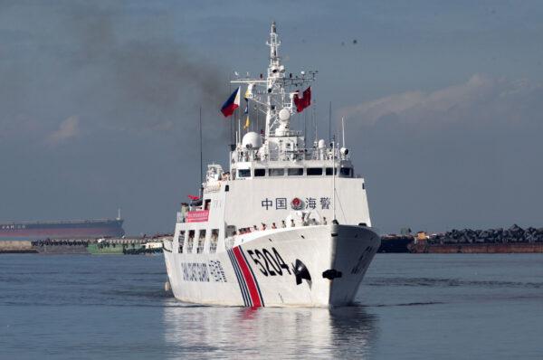Корабль береговой охраны Китая готовится встать на якорь в порту Манилы для захода в порт 14 января 2020 г. (AFP via Getty Images)