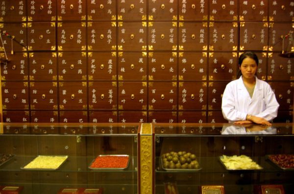 В традиционной китайской медицине лекарства на растительной основе используются для того, чтобы вызвать потоотделение. (Image: Victoria Reay via Flickr)