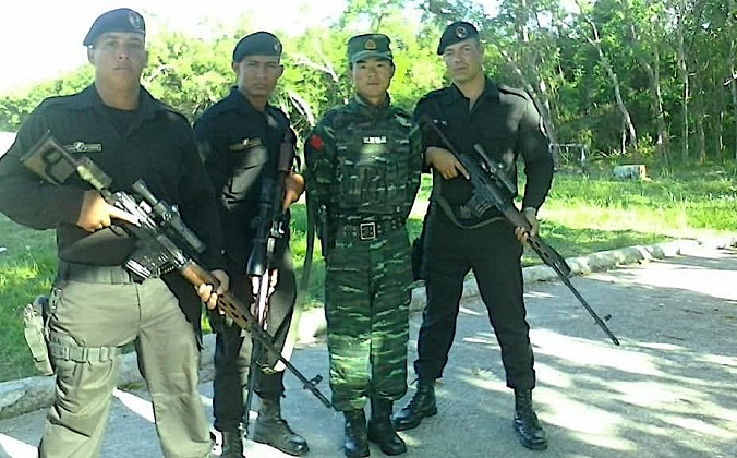 Кубинский спецназ, получивший название «Черные береты», позируют вместе со своими китайскими инструкторами из военизированных формирований в государственной учебной школе на Кубе (фото без даты). (С любезного разрешения ADN Cuba) | Epoch Times Россия
