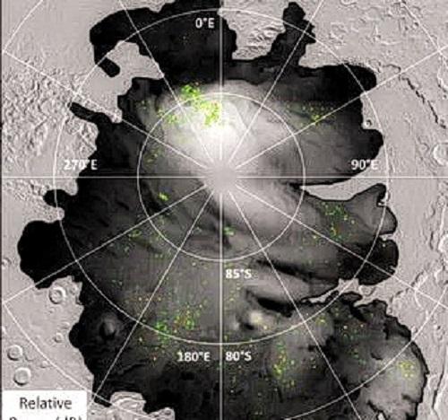 Цветными точками обозначены места, где орбитальный аппарат Mars Express ЕКА заметил яркие радарные отражения на южной полярной шапке Марса. Такие отражения ранее интерпретировались как подземная жидкая вода, но их преобладание и близость к холодной поверхности предполагают, что они могут быть чем-то другим. (Изображение: ESA / NASA / JPL-Caltech)