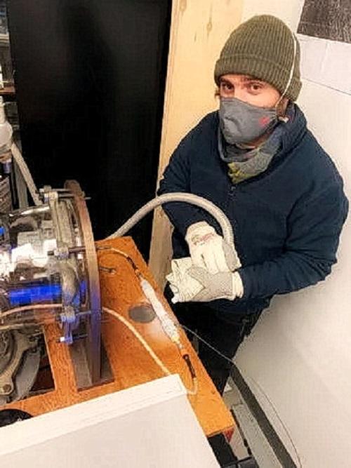 Исаак Смит из Йоркского университета в Торонто, когда работал в лаборатории, замораживал смектитовые глины жидким азотом, чтобы проверить, как они реагируют на сигналы радара. Результаты поставили под сомнение гипотезу о том, что подземные озёра могут быть найдены на южном полюсе Марса. (Изображение: Йоркский университет / Крейг Резза)