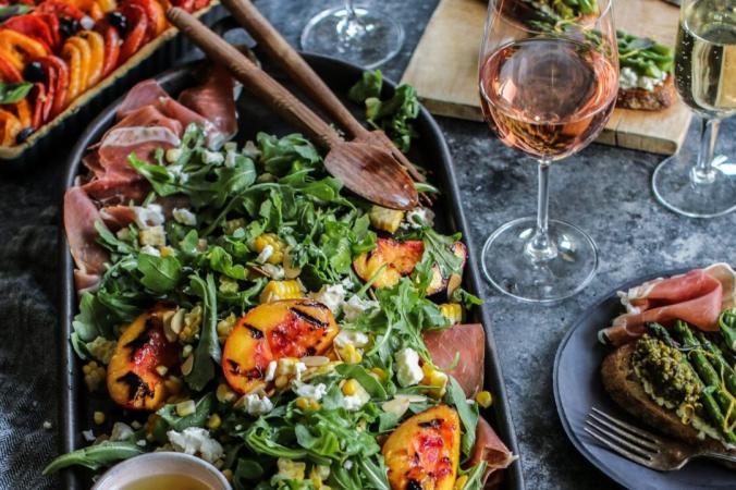 Это летний салат, который вы можете сделать авторским, создав его по своему вкусу. (Предоставлено Калифорнийским институтом вина / TNS)   Epoch Times Россия