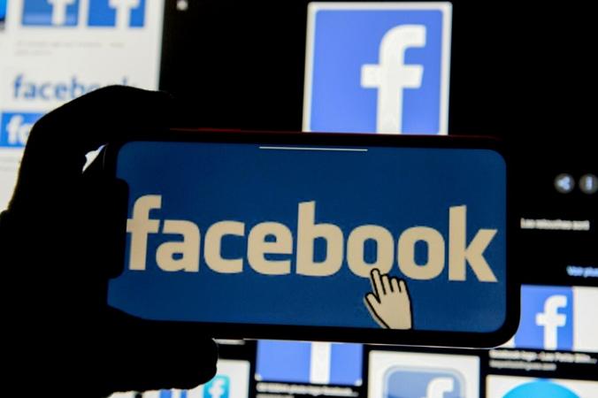 Логотип Facebook отрожается на мобильном телефоне на иллюстрации, сделанной 2 декабря 2019 г. (Johanna Geron / Illustration / Reuters)   Epoch Times Россия