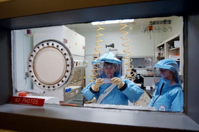 Персонал работает в лаборатории биологических исследований 4-го уровня в Медицинском научно-исследовательском институте инфекционных заболеваний армии США в Форт-Детрике, 26 сентября 2002 года. Olivier Douliery/AFP via Getty Images | Epoch Times Россия