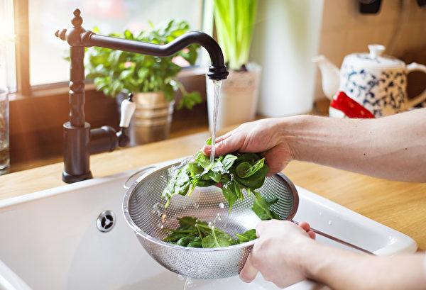 Промойте проточной водой 3-4 раза, чтобы смыть пестициды. (Shutterstock)