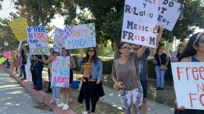 Сотни медицинских работников в Калифорнии протестуют против принудительной вакцинации