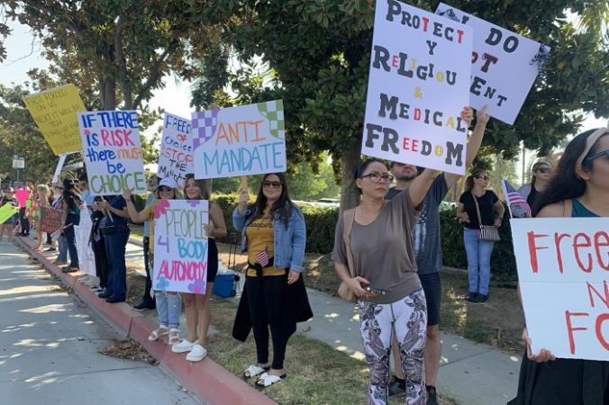 9 августа более 400 медицинских работников в Южной Калифорнии собрались у муниципальной больницы Риверсайд в знак протеста против требования штата о полной вакцинации всех медицинских работников от COVID-19. (Linda Jiang/The Epoch Times)   Epoch Times Россия