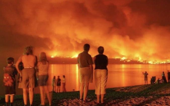 Эвакуированные наблюдают, как лесной пожар на озере Уайт-Рок в Британской Колумбии приближается к их домам.По состоянию на 10 августа пожар охватил 55 000 га и классифицировался как неконтролируемый.(Фото Келси Фортин)   Epoch Times Россия