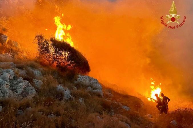 Пожарные борются с лесными пожарами в прибрежной деревне Порто Бадиско недалеко от Отранто в южном регионе Апулии, Италия, 13 августа 2021 г. (Vigili del Fuoco/Handout via Reuters) | Epoch Times Россия