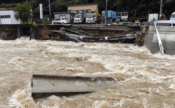 Дорога залита водами реки Сузухари после сильного дождя в Хиросиме, западная Япония, 13 августа 2021 г. (Kyodo / via Reuters)   Epoch Times Россия