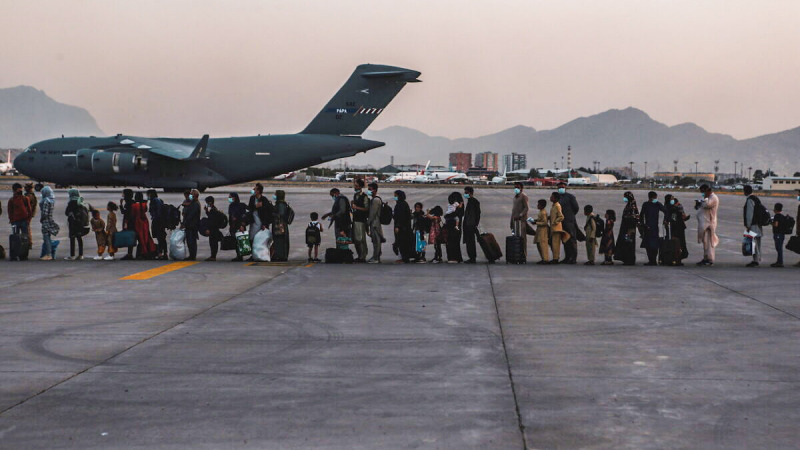 Эвакуированные ожидают посадки в Boeing C-17 Globemaster III во время эвакуации в международном аэропорту Хамида Карзая в Кабуле, Афганистан, 23 августа 2021 г. (U.S. Marine Corps/Sgt. Isaiah Campbell/Handout via Reuters)    Epoch Times Россия