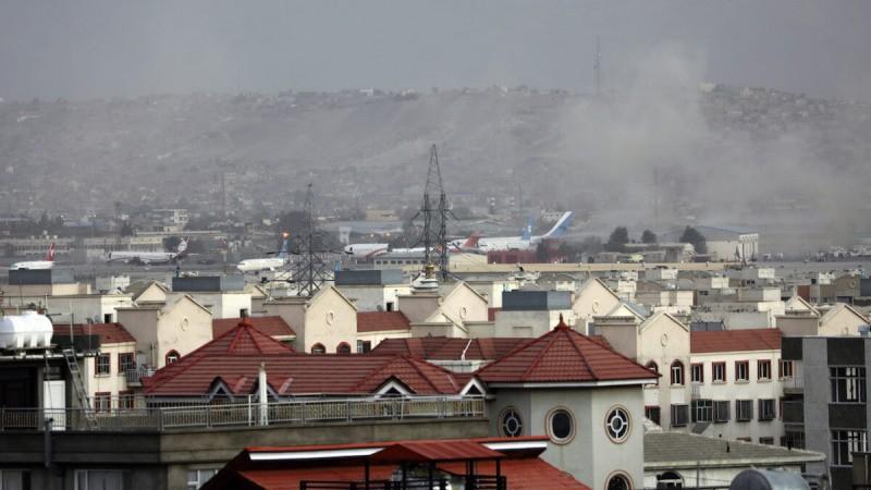 Дым поднимается от взрыва возле аэропорта в Кабуле, Афганистан, 26 августа 2021 г. (Wali Sabawoon/AP Photo)  | Epoch Times Россия