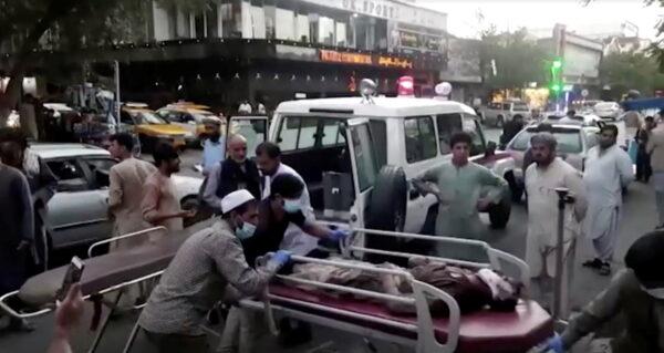 Доставка раненого в больницу после нападения в аэропорту Кабула, Афганистан, 26 августа 2021 г. (Reuters TV / 1TV / Handout via Reuters)