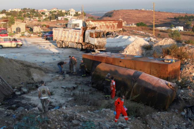 Солдаты и спасатели ливанской армии на месте взрыва бензовоза в Аккаре на севере Ливана 15 августа 2021 г. (Omar Ibrahim/Reuters) | Epoch Times Россия