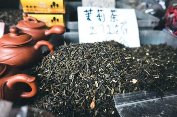 Впроцессе выращивания чая наповерхность чайных листьев могут попасть пыль ибактерии, поэтому «промывочный чай» рекомендуется выливать. (Изображение: Jakub Kapusnak via Rawpixel)