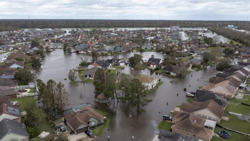Затопленные улицы и дома в районе Спринг-Мидоу в Лапласе, штат Луизиана, после урагана «Ида» 30 августа 2021 г. (Steve Helber/AP Photo)  | Epoch Times Россия