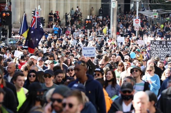 Тысячи людей собираются в центральном деловом районе Мельбурна, чтобы защитить ограничения на изоляцию в Мельбурне, Австралия, 21 августа 2021 года (Getty Images)   Epoch Times Россия