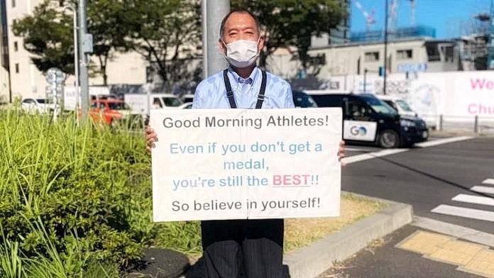 Мужчина своим плакатом каждое утро вдохновлял олимпийских спортсменов