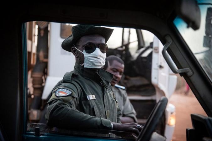 Офицер полиции, Нигер, 23 апреля 2020 г. (Nicolas Réméné/AFP via Getty Images)   Epoch Times Россия