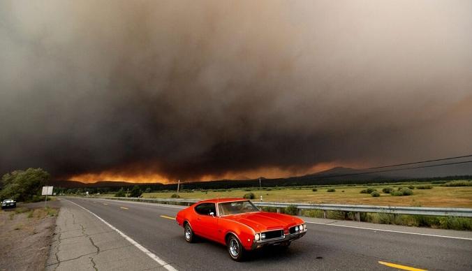 Автомобиль выезжает из Честера, штат Калифорния, который находится в зоне эвакуации, поскольку 4 августа 2021 года на окраине города пылают пожары. (Noah Berger/AP Photo) | Epoch Times Россия