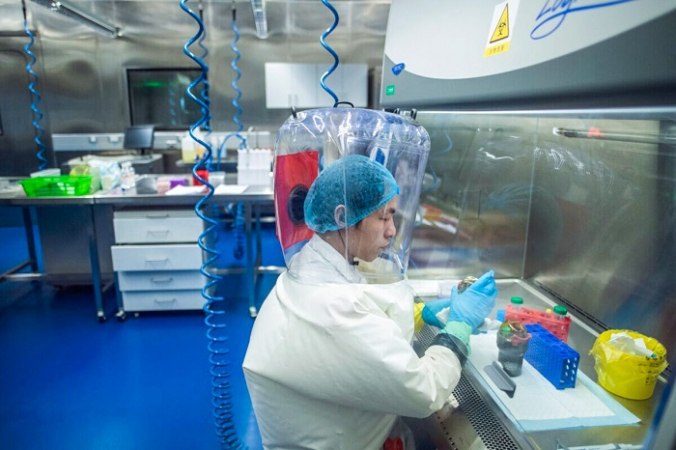 Рабочий день в лаборатории P4 в Ухане, столице китайской провинции Хубэй, 23 февраля 2017 г. (Johannes Eisele / AFP via Getty Images) | Epoch Times Россия