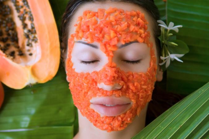 Если у вас сухая или поврежденная кожа, вы можете использовать все внутренности папайи для отшелушивания, очищения и увлажнения кожи.   Epoch Times Россия