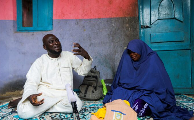Абубакар Адам и его жена, родители семи детей, похищенных бандитами в исламской школе Салиху Танко, во время интервью Reuters в их доме в Тегине, штат Нигер, Нигерия, 11 августа 2021 г. (Afolabi Sotunde / Reuters)   Epoch Times Россия