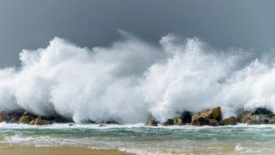 В Сочи из-за шторма  закрыли все пляжи