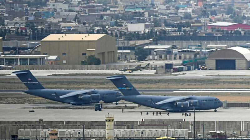 Американские солдаты идут по взлётной полосе, чтобы сесть на самолёт ВВС США в аэропорту Кабула 30 августа 2021 года.  (Photo by AAMIR QURESHI/AFP via Getty Images)   Epoch Times Россия