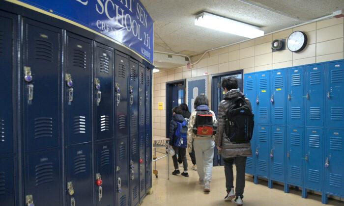 Ученики входят шеренгой в свой класс. Michael Loccisano/Getty Images | Epoch Times Россия
