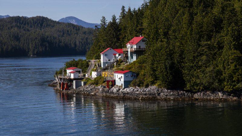 Рыбацкая деревня вдоль внутреннего прохода Аляски. (Ричард Сили / Shutterstock)    Epoch Times Россия