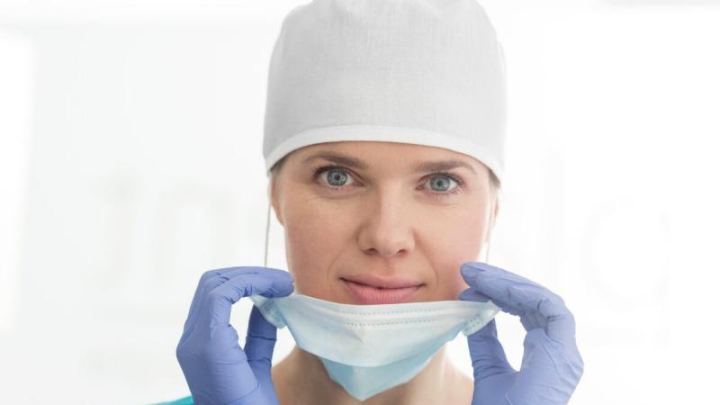Хирургические маски в основном защищают пациентов от капель хирурга и хирурга от брызг крови пациента. Они не были предназначены для защиты от вирусов. (sirtravelalot / Shutterstock)  | Epoch Times Россия