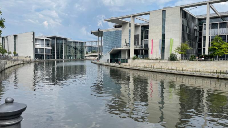 Река Шпрее протекает мимо офисных зданий немецкого парламента в Берлине. (Лесли Солс Фредериксон)   Epoch Times Россия