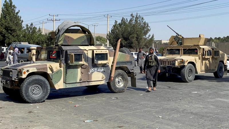 Талибы блокируют дороги, ведущие каэропорту Кабула, Афганистан, 27августа 2021г. (Stringer / Reuters) | Epoch Times Россия