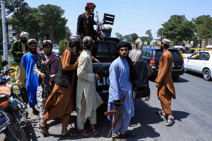 Талибы патрулируют улицу в Герате, Афганистан, 14 августа 2021 г. (Stringer / Reuters)   Epoch Times Россия