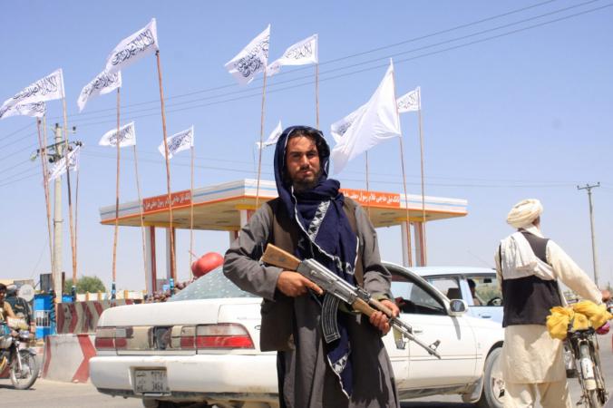 Боевик в городе Газни, Афганистан, 14 августа 2021 г. (Stringer / Reuters) | Epoch Times Россия
