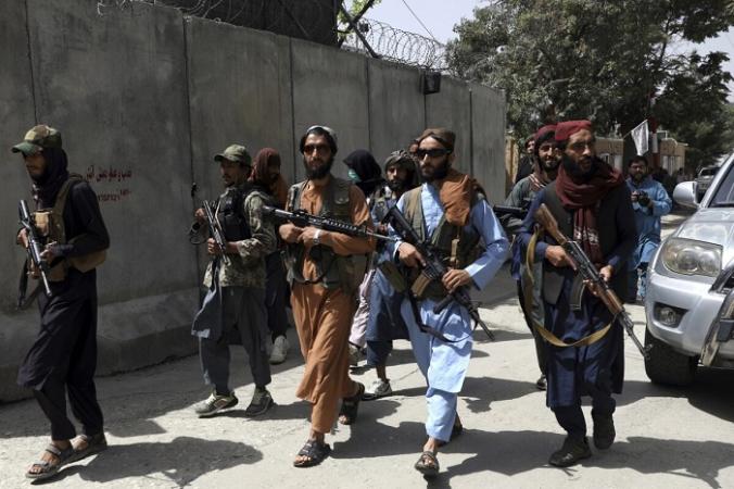 Террористы «Талибана» патрулируют район Кабула, Афганистан, 18 августа 2021 г. (Rahmat Gul/AP Photo) | Epoch Times Россия