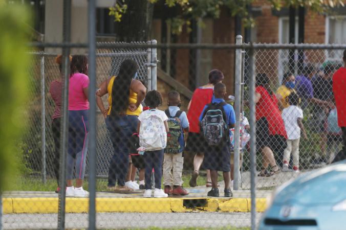 Учащиеся возвращаются в начальную школу Семинол-Хайтс после того, как Департамент образования Флориды постановил, что все школы должны проводить занятия в классе в течение недели в Тампе, Флорида, 31 августа 2020 г. (Octavio Jones / Getty Images)   Epoch Times Россия