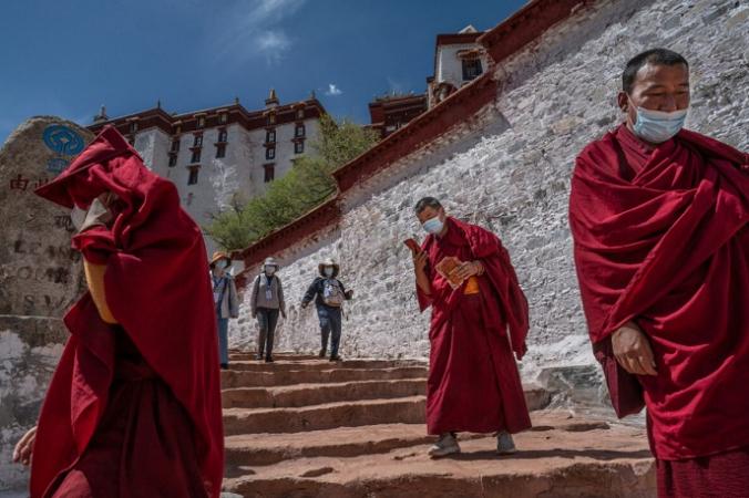 Туристы посещают дворец Потала, объект наследия ЮНЕСКО, во время организованного правительством визита для журналистов в Лхасу, Тибет, Китай, 1 июня 2021 года. (Kevin Frayer/Getty Images) | Epoch Times Россия