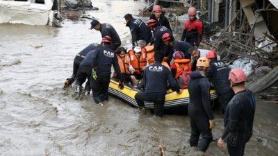 В результате наводнений на севере Турции погибло 27 человек