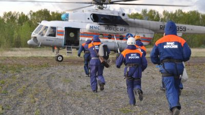 Вертолёт с 13 пассажирами упал в Курильское озеро