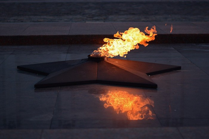На подростков, прикуривших от Вечного огня в Севастополе, завели уголовное дело