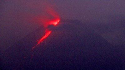 Вулкан Мерапи в Индонезии снова начал извергать потоки лавы